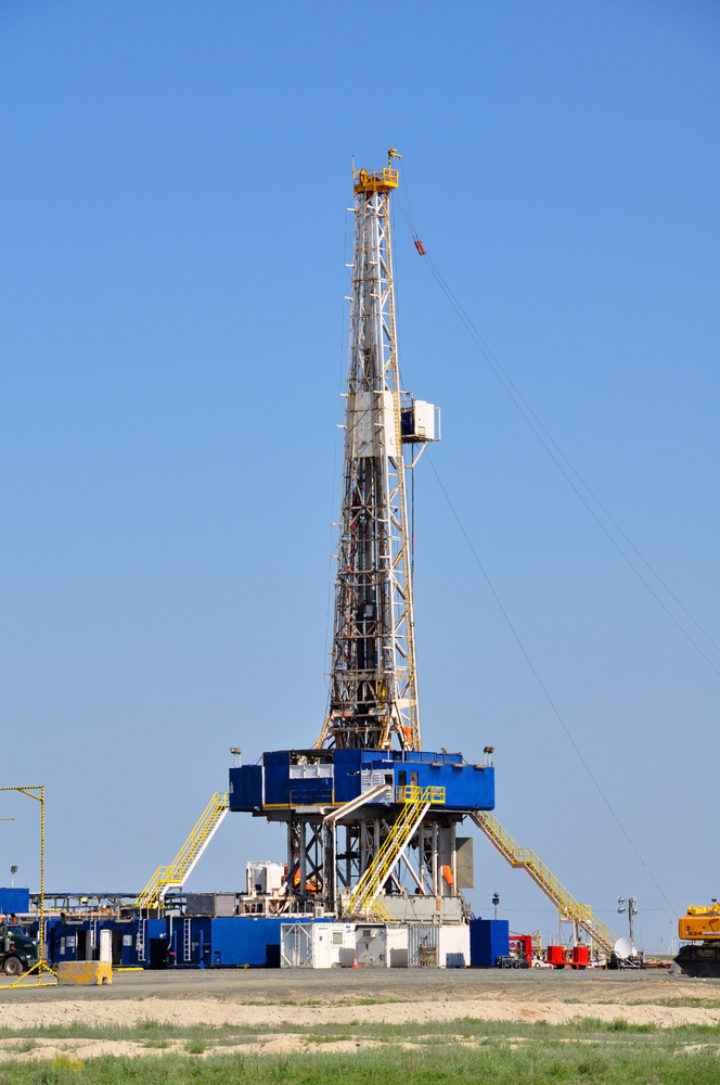 Picture of fracking rig in a field in the USA